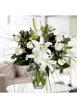 Vazoda Beyaz Lilyum ve Güller