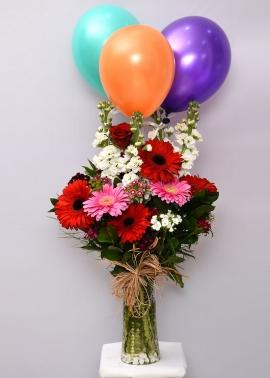 Uçan Balon ve Kırmızı Beyaz Çiçekler