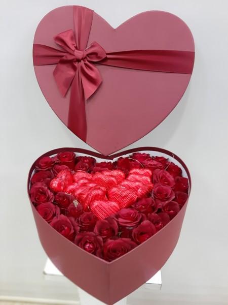 Kutuda Çiçek 41 Gül ve Kalp Çikolata